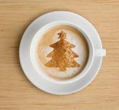 Φλυτζάνι καφέ με τη μορφή αφρού και χριστουγεννιάτικων δέντρων στοκ φωτογραφίες