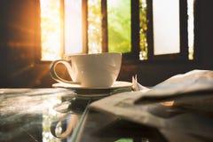 Φλυτζάνι καφέ με το έγγραφο ειδήσεων στη καφετερία, θερινός τρύγος με το s Στοκ Εικόνες