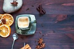 Φλυτζάνι καφέ με το ξηρό γλυκάνισο εσπεριδοειδών και αστεριών, μια τοπ άποψη Στοκ Φωτογραφίες
