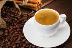 Φλυτζάνι καφέ με το cinamon σε έναν ξύλινο πίνακα. Στοκ εικόνα με δικαίωμα ελεύθερης χρήσης