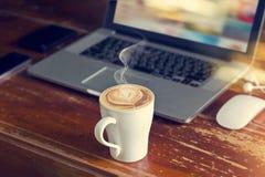 Φλυτζάνι καφέ με το lap-top, το ποντίκι και το ακουστικό στον παλαιό ξύλινο πίνακα Στοκ φωτογραφίες με δικαίωμα ελεύθερης χρήσης