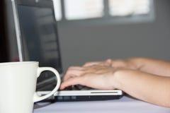 Φλυτζάνι καφέ περιοχής εργασίας και υπολογιστής θαμπάδων Στοκ εικόνες με δικαίωμα ελεύθερης χρήσης