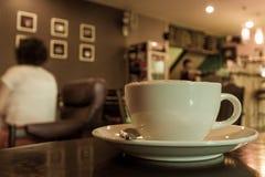 Φλυτζάνι καφέ στην επιτραπέζια καφετερία Στοκ εικόνα με δικαίωμα ελεύθερης χρήσης