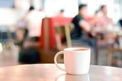 Φλυτζάνι καφέ στον πίνακα στη καφετερία στοκ φωτογραφίες