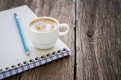 Φλυτζάνι καφέ στο βιβλίο Στοκ Εικόνες