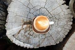 Φλυτζάνι καφέ στο κολόβωμα κατά τη τοπ άποψη Στοκ εικόνες με δικαίωμα ελεύθερης χρήσης