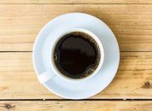 Φλυτζάνι καφέ στο ξύλινο επιτραπέζιο υπόβαθρο Στοκ Εικόνα