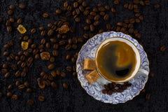 Φλυτζάνι καφέ στο υπόβαθρο φασολιών καφέ Στοκ Εικόνες
