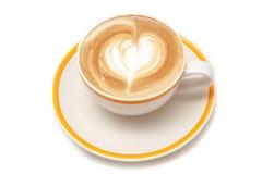 Φλυτζάνι καφέ της μορφής καρδιών τέχνης latte στο άσπρο υπόβαθρο που απομονώνεται Στοκ Εικόνες