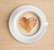 Φλυτζάνι καφέ Cappuccino με τη μορφή αφρού και καρδιών στοκ εικόνα με δικαίωμα ελεύθερης χρήσης
