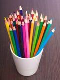 Φλυτζάνι με τα ζωηρόχρωμα μολύβια, κινηματογράφηση σε πρώτο πλάνο Στοκ εικόνες με δικαίωμα ελεύθερης χρήσης