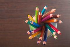 Φλυτζάνι με τα ζωηρόχρωμα μολύβια, κινηματογράφηση σε πρώτο πλάνο Στοκ Φωτογραφίες