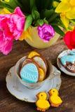 Φλυτζάνι με τα μπισκότα Πάσχας στοκ εικόνα
