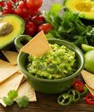 Φλυτζάνι με τα τσιπ guacamole και καλαμποκιού στοκ φωτογραφία με δικαίωμα ελεύθερης χρήσης