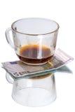 Φλυτζάνι με τα υπολείμματα και το ευρώ καφέ Στοκ φωτογραφία με δικαίωμα ελεύθερης χρήσης