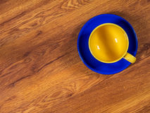 Φλυτζάνι με το πιατάκι στον πίνακα Στοκ Εικόνα