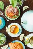 Φλυτζάνι με το τσάι, teapot και τα ψημένα αγαθά Στοκ φωτογραφία με δικαίωμα ελεύθερης χρήσης
