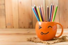 Φλυτζάνι προσώπου χαμόγελου με το μολύβι χρώματος Στοκ εικόνες με δικαίωμα ελεύθερης χρήσης