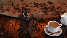 Φλυτζάνι πρόσφατα παρασκευασμένος latte και κανάτα γάλακτος απομονωμένη ιδανικό μακροεντολή καφέ προγευμάτων φασολιών πέρα από το απόθεμα βίντεο