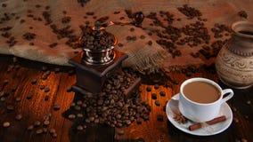 Φλυτζάνι πρόσφατα παρασκευασμένος latte και κεραμικός κατασκευαστής καφέ στούντιο απόθεμα βίντεο