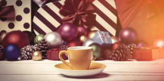Φλυτζάνι στο υπόβαθρο Χριστουγέννων στοκ εικόνα με δικαίωμα ελεύθερης χρήσης