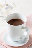 Φλυτζάνι της καυτής σοκολάτας σε έναν άσπρο πίνακα Στοκ φωτογραφία με δικαίωμα ελεύθερης χρήσης