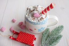 Φλυτζάνι της καυτών σοκολάτας και της καραμέλας Στοκ φωτογραφία με δικαίωμα ελεύθερης χρήσης