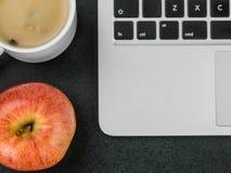 Φλυτζάνι της σούπας μανιταριών με την κόκκινη Apple και έναν φορητό προσωπικό υπολογιστή Στοκ φωτογραφία με δικαίωμα ελεύθερης χρήσης