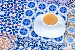 Φλυτζάνι του αραβικού καφέ σε ένα ασιατικό ζωηρόχρωμο υπόβαθρο Στοκ εικόνα με δικαίωμα ελεύθερης χρήσης