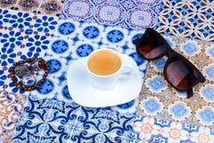Φλυτζάνι του αραβικού καφέ σε ένα ασιατικό ζωηρόχρωμο υπόβαθρο Στοκ Εικόνες