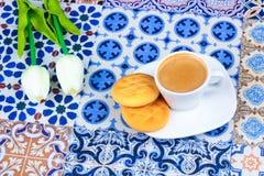 Φλυτζάνι του αραβικού καφέ σε ένα ασιατικό ζωηρόχρωμο υπόβαθρο Στοκ Φωτογραφίες