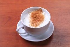 Φλυτζάνι του καυτού γάλακτος με το μοσχοκάρυδο Στοκ Φωτογραφίες