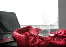 Φλυτζάνι του καυτού καφέ και ένα lap-top για την εργασία Στοκ Εικόνες