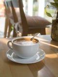 Φλυτζάνι του καυτού καφέ σε έναν ξύλινο πίνακα στοκ εικόνες με δικαίωμα ελεύθερης χρήσης