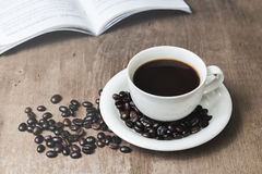Φλυτζάνι του καυτού καφέ σε έναν παλαιό Στοκ Εικόνες