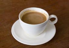 Φλυτζάνι του καυτού καφέ στον πίνακα Στοκ Εικόνες