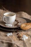 Φλυτζάνι του καυτού καφέ espresso, και μπισκότο Στοκ Φωτογραφία