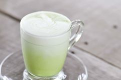 Φλυτζάνι του καυτού πράσινου τσαγιού γάλακτος, matcha Στοκ Φωτογραφία