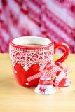 Φλυτζάνι του καυτού cocao με δύο κουδούνια Χριστουγέννων Στοκ Φωτογραφίες