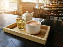 Φλυτζάνι του καυτών καφέ και του τσαγιού τέχνης γάλακτος στην Ταϊλάνδη Στοκ φωτογραφία με δικαίωμα ελεύθερης χρήσης