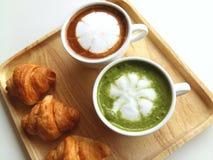 Φλυτζάνι του καυτών matcha και του καφέ τόσο εύγευστων στο ξύλο Στοκ Εικόνες