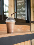 Φλυτζάνι του καφέ πάγου στον ξύλινο μετρητή στοκ εικόνες με δικαίωμα ελεύθερης χρήσης