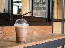 Φλυτζάνι του καφέ πάγου στον ξύλινο μετρητή στοκ εικόνες