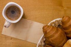 Φλυτζάνι του καφέ πρωινού και croissants Στοκ Εικόνες