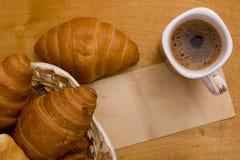 Φλυτζάνι του καφέ πρωινού και croissants Στοκ εικόνα με δικαίωμα ελεύθερης χρήσης