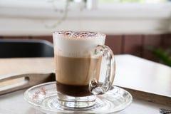 Φλυτζάνι του καφέ cappuccino, του ζεστού ποτού mocha με την κανέλα και των κοκοφοινίκων Στοκ Εικόνα
