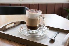 Φλυτζάνι του καφέ cappuccino, του ζεστού ποτού mocha με την κανέλα και των κοκοφοινίκων Στοκ φωτογραφία με δικαίωμα ελεύθερης χρήσης