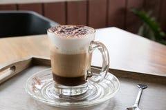 Φλυτζάνι του καφέ cappuccino, του ζεστού ποτού mocha με την κανέλα και των κοκοφοινίκων Στοκ φωτογραφίες με δικαίωμα ελεύθερης χρήσης