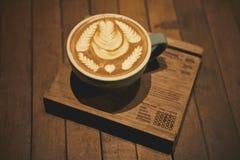 Φλυτζάνι του καφέ latte στο ξύλινο εκλεκτής ποιότητας ύφος ακτοφυλάκων Στοκ Εικόνα