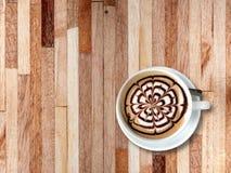 Φλυτζάνι του καφέ mocha στο άσπρο κεραμικό φλυτζάνι Στοκ φωτογραφία με δικαίωμα ελεύθερης χρήσης
